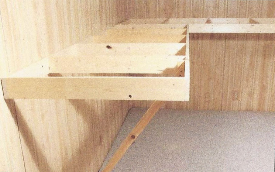 Building your own Wall Mounted Train Table bench worktable table for model trains. Designing your own model railroading bench worktable for your model trains. Bench worktable construction for your model trains HO Scale, N Scale, O Scale, trains.